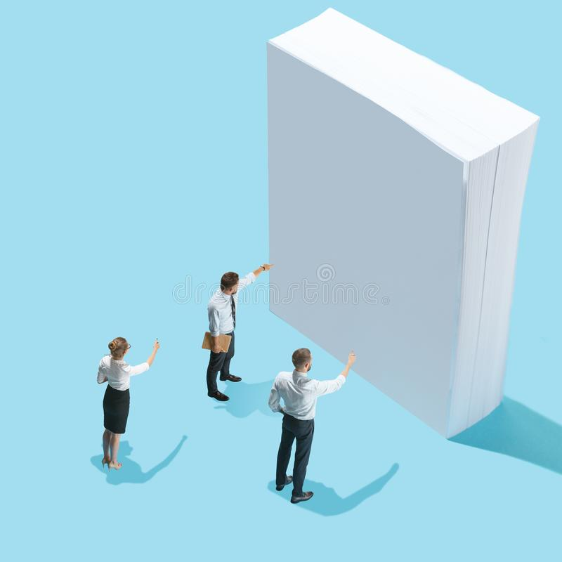 Vue isométrique plate des hommes d'affaires et de la femme montrant aux pages du papier blanches avec l'espace vide de copie photo libre de droits