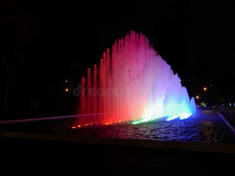 Vue légère de nuit de fontaine waterjet moderne à Lima photo libre de droits