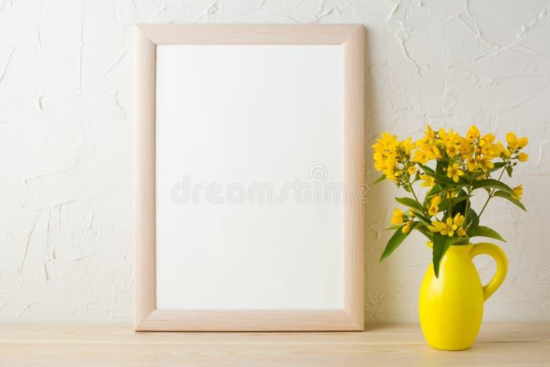 Vue la maquette avec les fleurs jaunes dans le vase stylisé à broc photo libre de droits