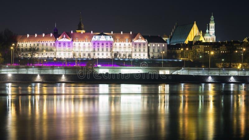 Vue la nuit dans la vieille ville de Varsovie photographie stock libre de droits