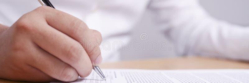 Vue large d'homme d'affaires Signing Contract photos libres de droits