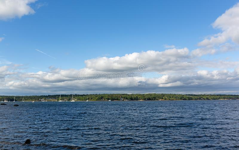 Vue large de Belfast, port de Maine un jour nuageux photo stock
