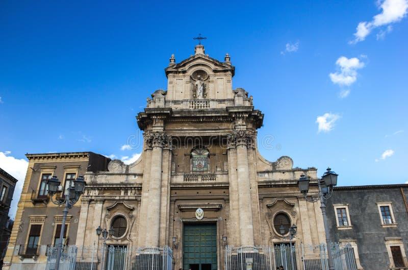 Vue large de Catane de façade baroque de basilique de carmin, de bâtiments latéraux et de ciel bleu photographie stock