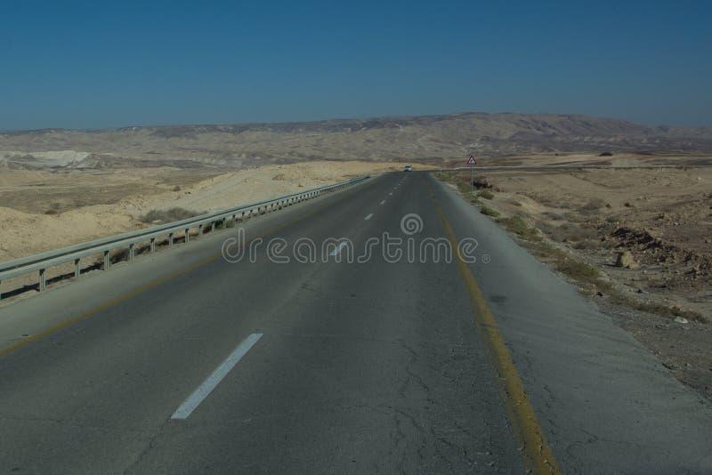 Vue large de route de désert par le sud-ouest d'Isreal photographie stock libre de droits