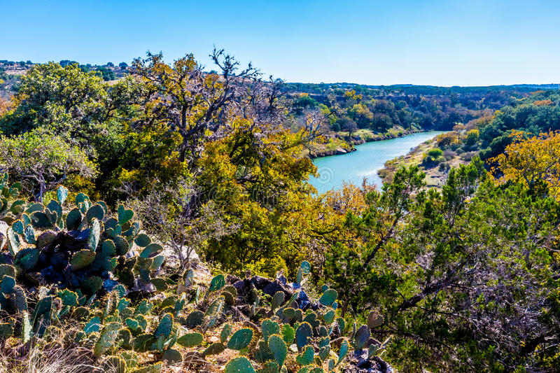 Vue large de Texas Pedernales River d'un bluff élevé Avec le feuillage d'automne image libre de droits