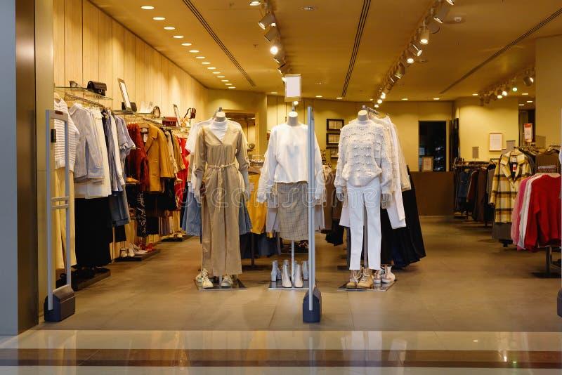 Vue large des vêtements d'usage, robes, jupes, pantalons, vestes, chaussures photo libre de droits
