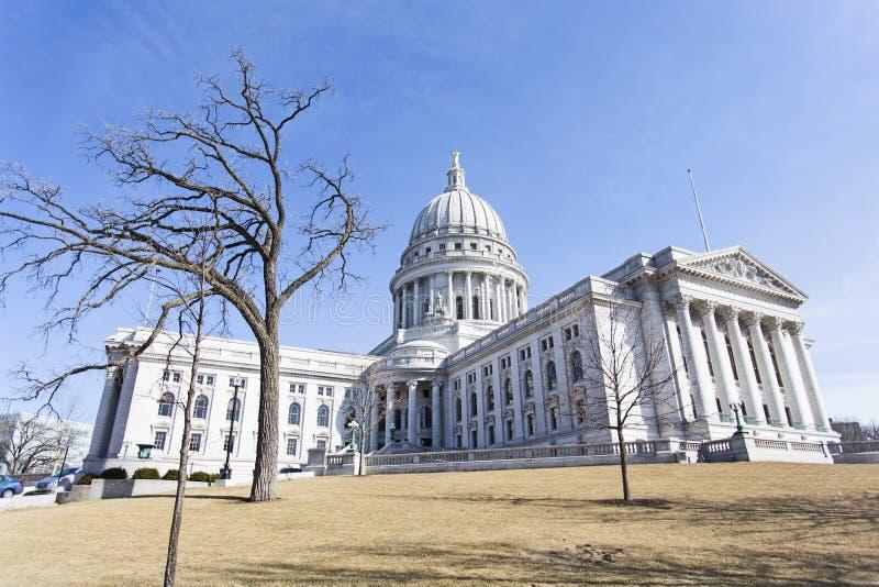 Vue large du bâtiment de capitol d'état à Madison, le Wisconsin, Etats-Unis photographie stock
