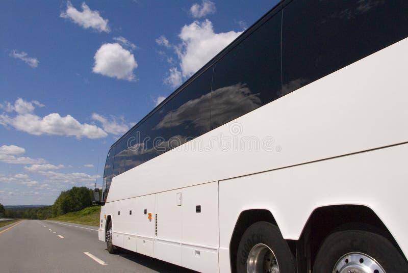 Vue latérale de bus sur le highwa photo stock