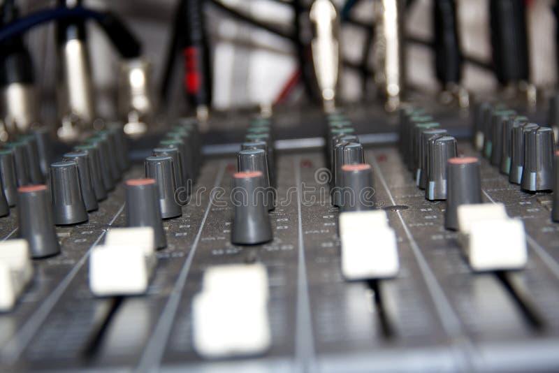 Vue latérale des glisseurs de mélange audio de conseil photo stock