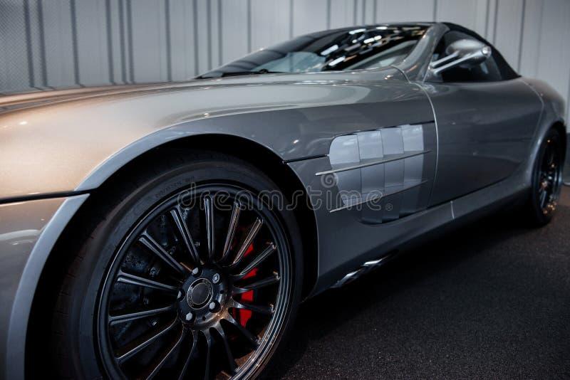 Vue latérale et rapprochée de la voiture moderne cabriolet grise avec miroir, essuie-glace, roues en alliage léger gauche et vent images libres de droits