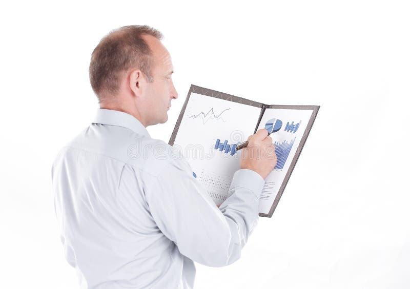 Vue latérale l' homme d' affaires vérifie le rapport financier photo stock