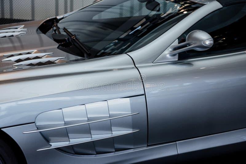 Vue latérale, rapprochée de la voiture moderne cabriolet gris avec miroir, hotte et essuie-glace photos stock