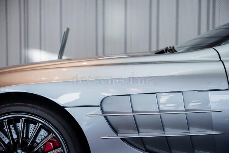 Vue latérale, rapprochée et horizontale de la voiture moderne cabriolet gris avec essuie-glace, roues en alliage léger gauche et image libre de droits