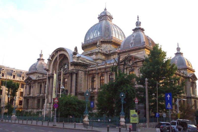 Vue le de CEC Palace, le palais de la caisse d'épargne dans la rue historique de Lipscani de centre, Bucarest, Roumanie images stock