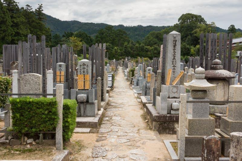 Vue le long d'allée centrale sur le cimetière bouddhiste photographie stock libre de droits