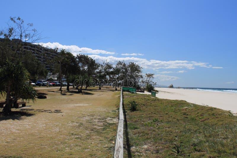Vue le long d'un rail de barrière entre le rivage et la plage photographie stock