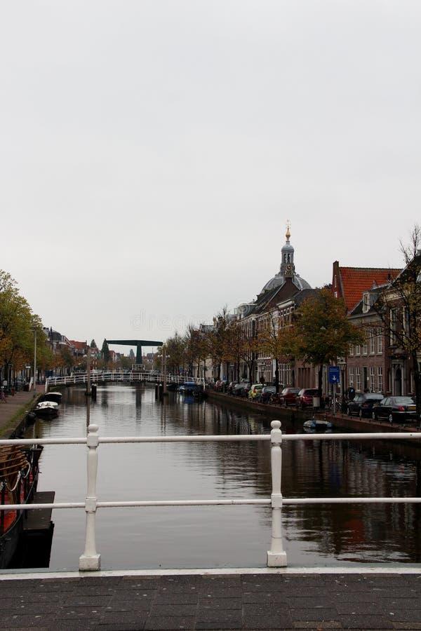 Vue le long de la structure établie au canal à Leyde la Hollande-Méridionale Hollandes photographie stock