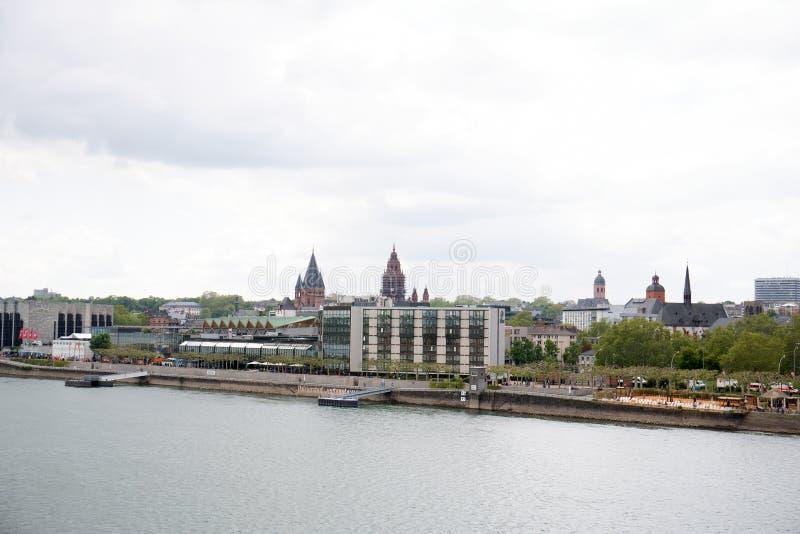 Vue le long de la structure établie de la rive du Rhin à Mayence Allemagne photos stock