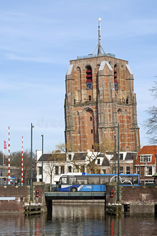 Vue Leeuwarden de ville avec l'autobus et le canal de tour d'église photos stock