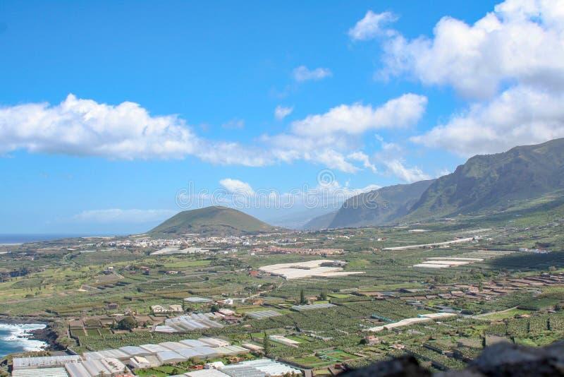 Vue lointaine au-dessus de l'île par la mer photo libre de droits