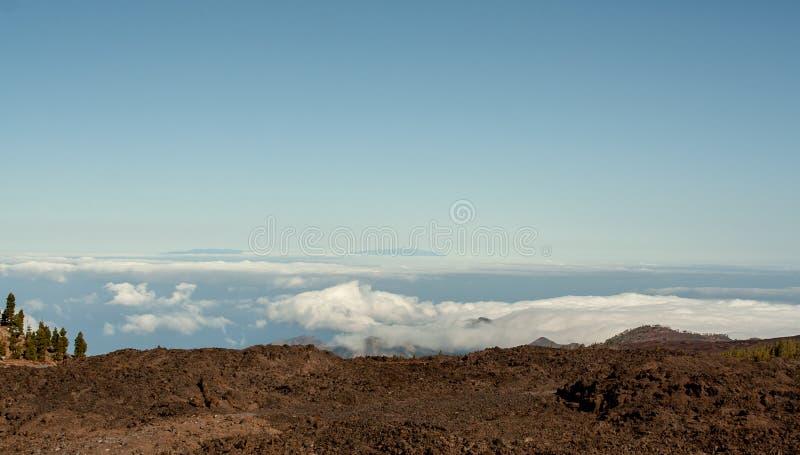 Vue lointaine de la montagne au-dessus de la mer photo libre de droits