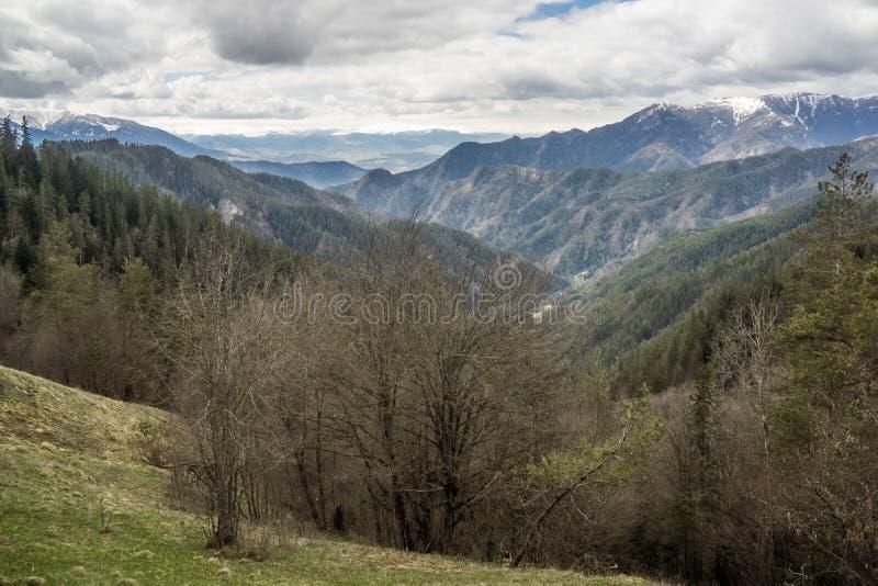 Vue lointaine en parc national de borjomi photos stock