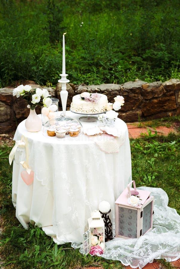 Vue lointaine sur la table avec la longue nappe blanche photos stock
