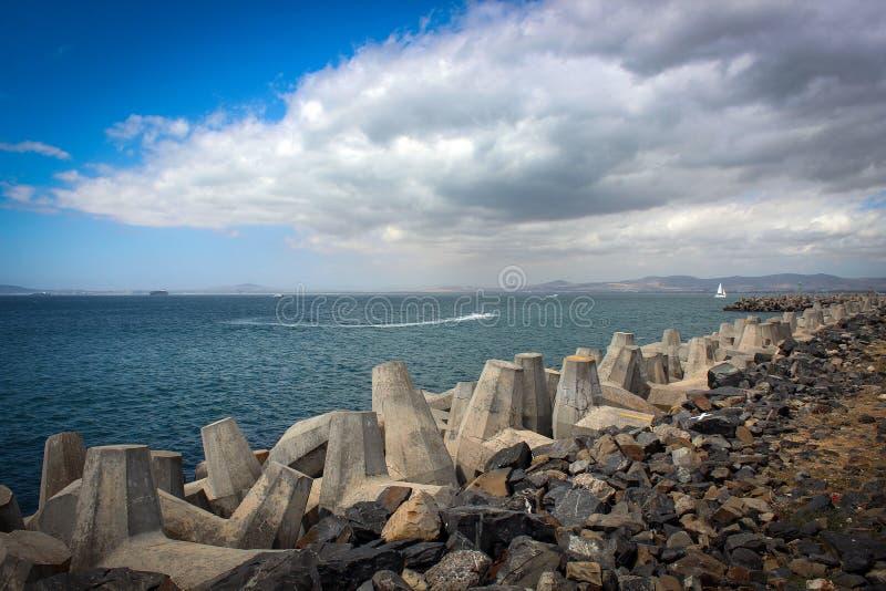 Vue lumineuse de côte de l'Océan Atlantique, Cape Town image stock