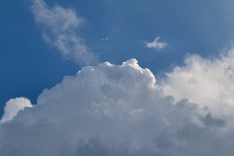 Vue lumineuse de cloudscape de saison d'été image libre de droits