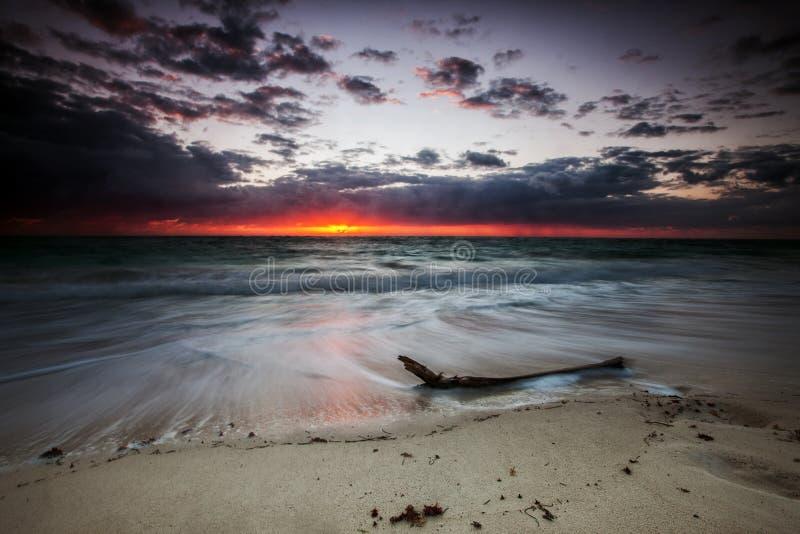 Vue lumineuse du port au coucher du soleil cancun images stock