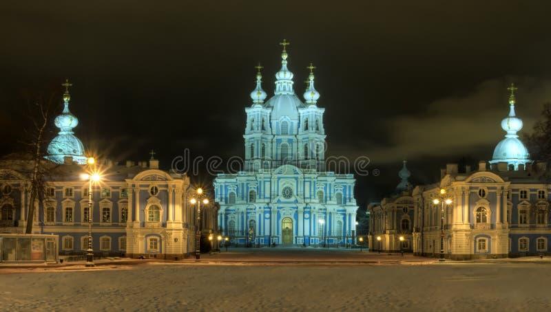 Vue lumineuse par nuit de l'hiver de Rue-Pétersbourg. image libre de droits