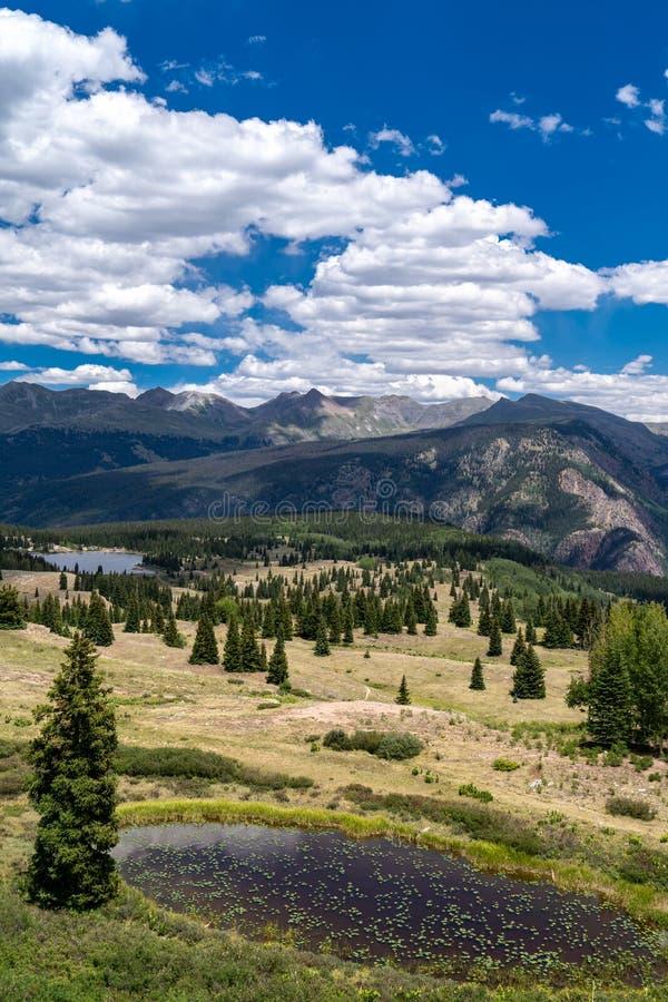 Vue luxuriante de Rocky Mountains le long de million de route du dollar dans le Colorado, près de Silverton Étang de Lillypad dan photos libres de droits
