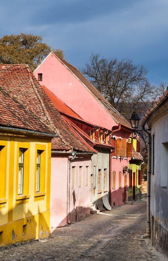 Rue pavée médiévale dans Sighisoara, la Transylvanie. photos stock