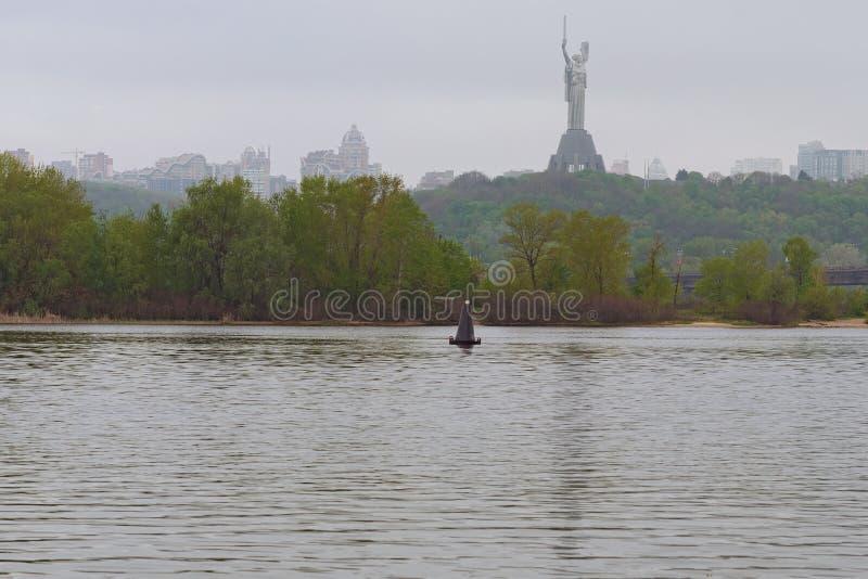 Vue magique de matin de la rivière de Dnipro, collines vertes avec le monument de la mère patrie Paysage brumeux mystérieux de re photo libre de droits