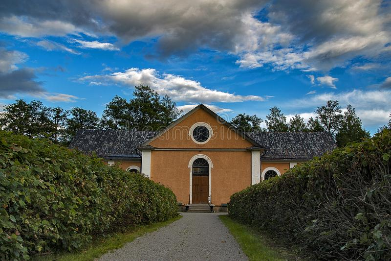 Vue magnifique d'une vieille église suédoise et de son jardin majestueux image stock