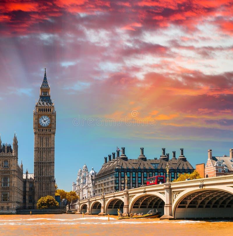 Vue magnifique de coucher du soleil des Chambres du Parlement - Londres photo stock