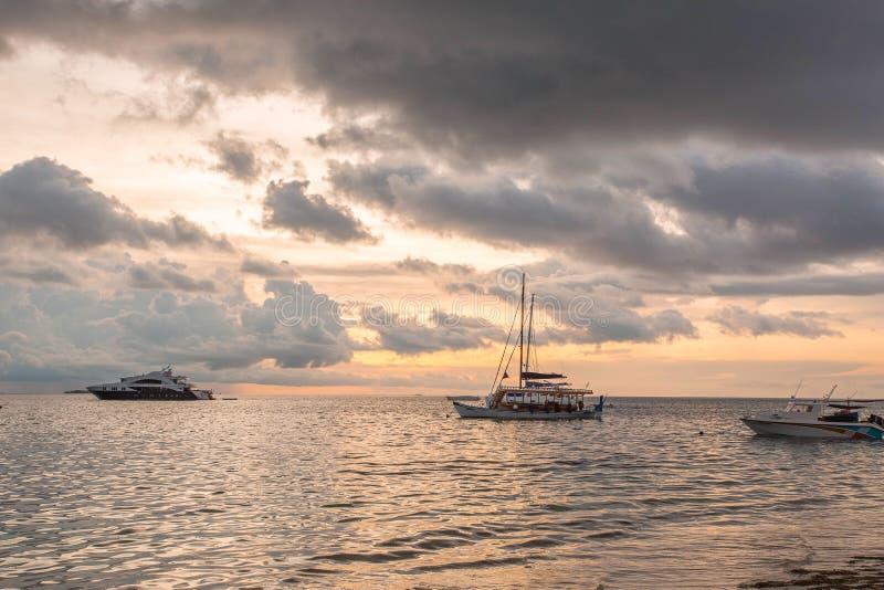 Vue magnifique de coucher du soleil sur l'Océan Indien, Maldives Quelques bateaux sur la ligne d'horizon Fond étonnant de paysage photo libre de droits