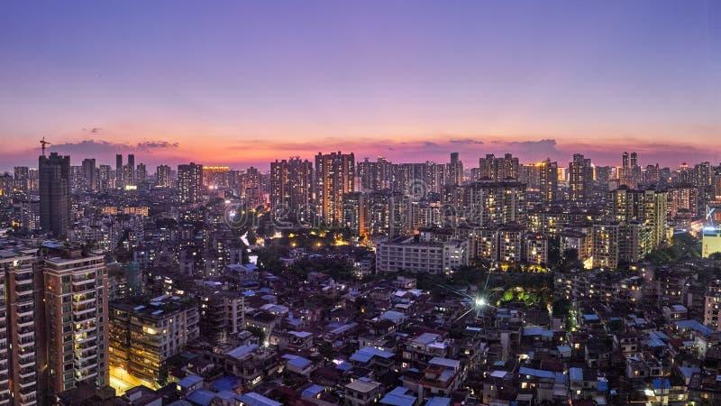 Vue magnifique de nuit de beaucoup d'entreprises à extrémité élevé telles que des finances, assurance, immobiliers, ville de Guan image libre de droits