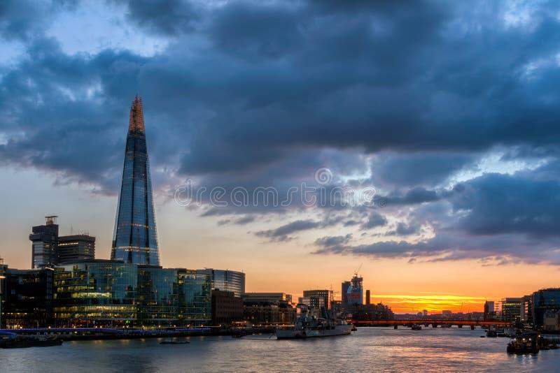 Vue magnifique de pont de tour, du tesson et de la Tamise photographie stock libre de droits