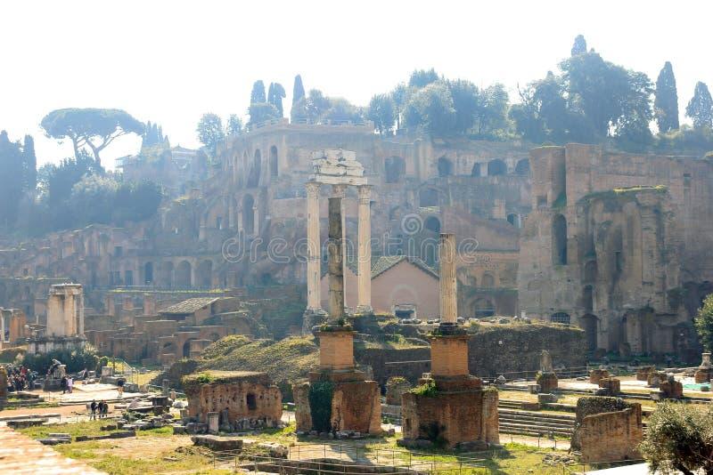 Vue magnifique des belles ruines antiques de vieux Roman Forum à Rome en Italie photographie stock