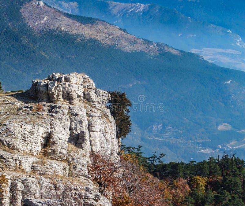 Vue magnifique des falaises blanches de montagne d'AI-Pétri et des pentes bleues des montagnes en Crimée images libres de droits