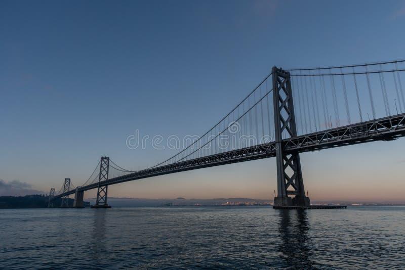 Vue majestueuse de pont de baie à San Francisco au crépuscule image libre de droits