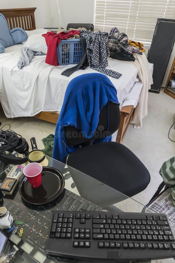 Vue malpropre de verticale de chambre à coucher d'adolescents photos stock