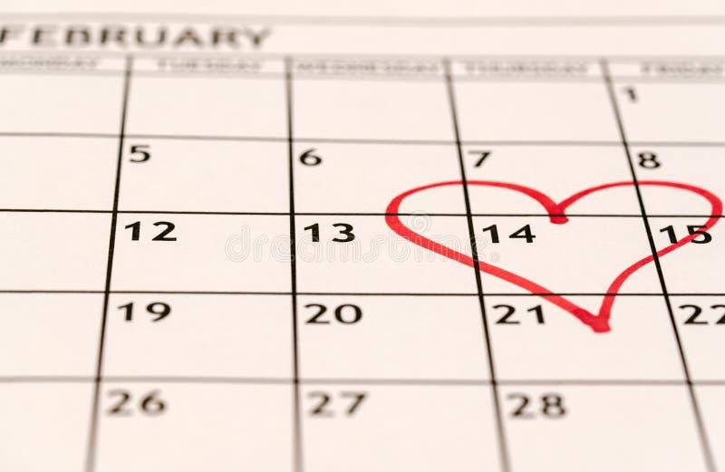 Vue mensuelle de détail de février de calendrier avec un coeur rouge dessiné sur le quatorzième pour la Saint-Valentin photos stock