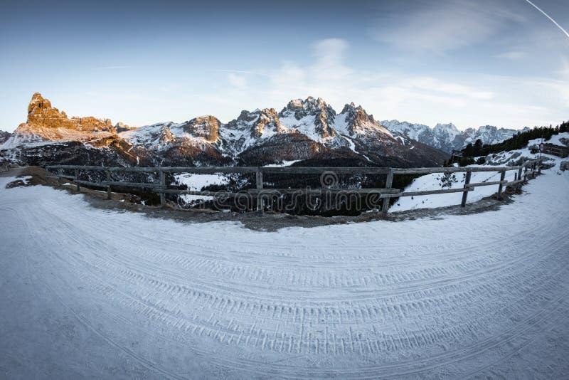 Vue merveilleuse de fisheye de paysage neigeux scénique en dolomites italiennes dans le coucher du soleil, crête tre cime di lava photos libres de droits