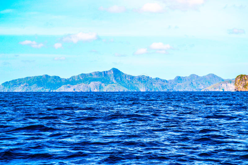 Vue merveilleuse de la mer bleue, des falaises de mer couvertes d'usines et d'un ciel bleu lumineux EL Nido Palawan Philippines image libre de droits