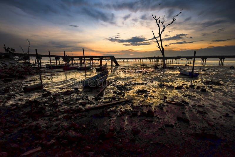 Vue merveilleuse de lever de soleil dans la terre humide avec le fond de jetée images libres de droits