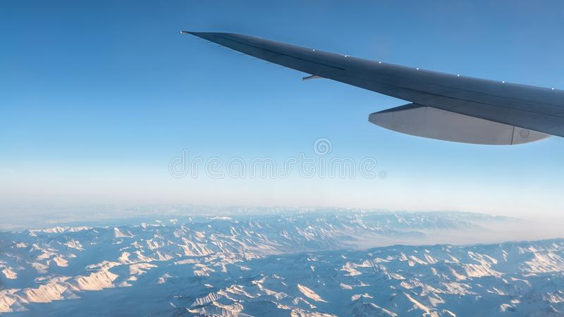 Vue merveilleuse de Tian Shan Snow Mountains Through Window un avion image stock