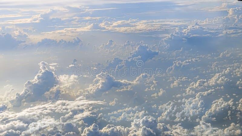 Vue merveilleuse du ciel et des nuages avec la lumière du soleil d'en haut photo stock