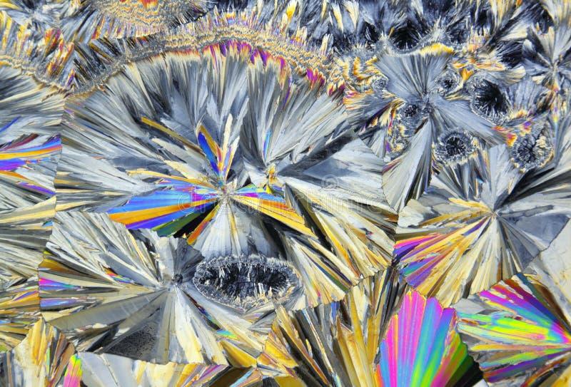 Vue microscopique des cristaux de sucrose dans la lumière polarisée photographie stock libre de droits